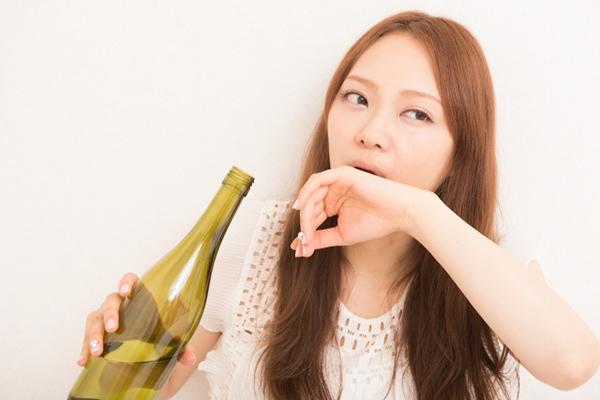 酒を飲んで酔っている女性