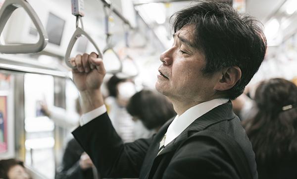電車内で疲れ果てた男性