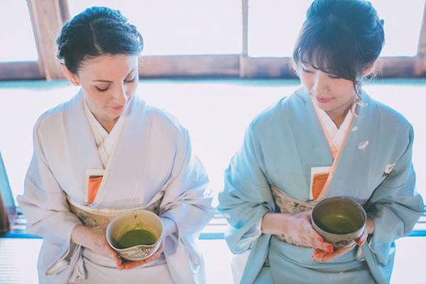 茶室内で着物を着た日本人と外国人