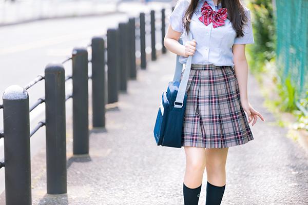 歩道を歩く女子生徒
