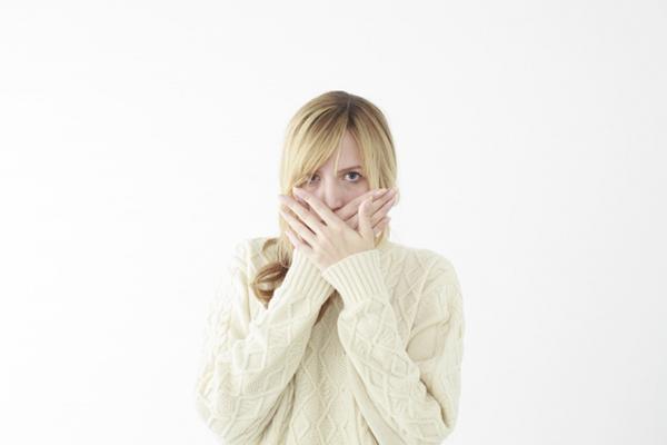 口を閉じる外国人女性