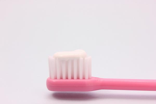 歯磨き粉を付けた歯ブラシ