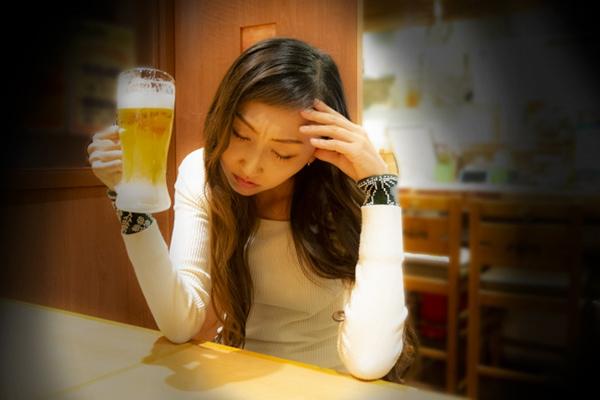 飲みすぎて酔った女性