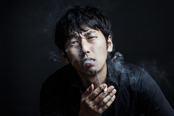 タバコをふかす男性