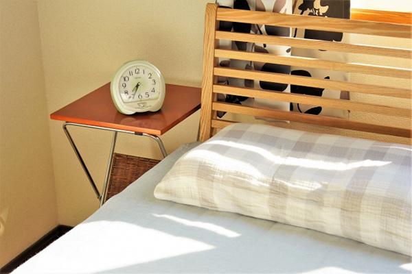 日が差すベッド