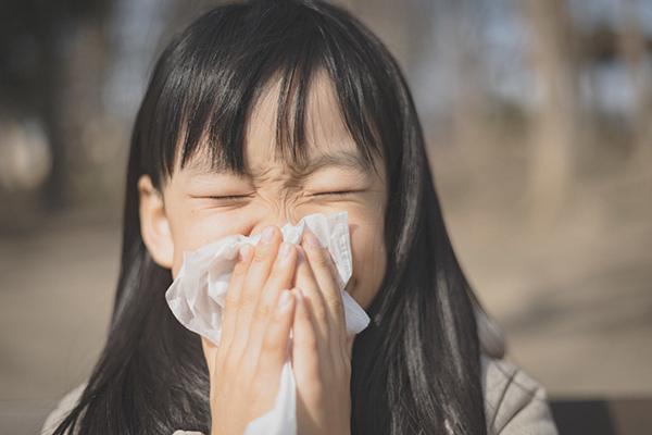 鼻水をハンカチで拭く女の子