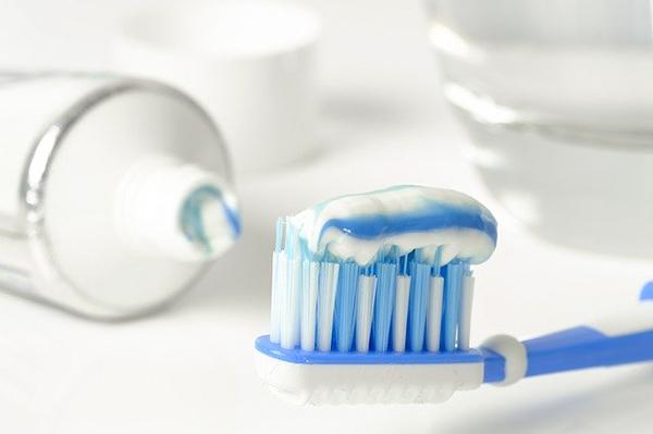 歯ブラシに歯みがき剤をつける