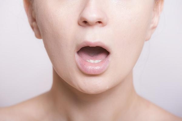 ポカンと口を開ける女性