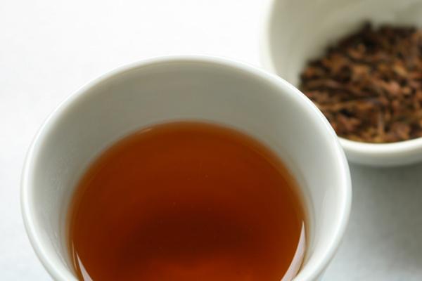湯呑に注いだほうじ茶