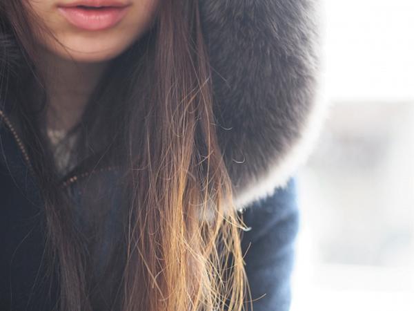 冬に体が冷えて寒がる女性