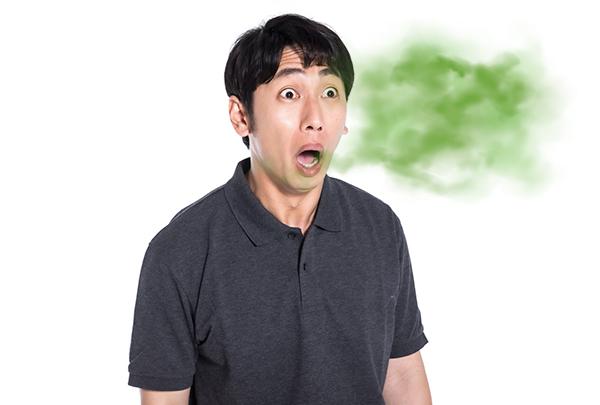 激しい口臭を放つ男性
