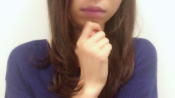 唇の色が紫色の女性